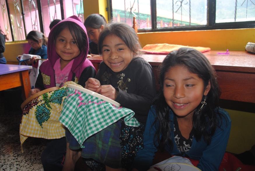 """Guadelupe, Marleny och Angelina på sömnadsfritidshemmet """"La Textilería"""" i Yalambojoch i Guatemala."""